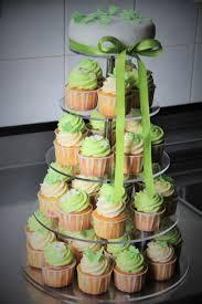 hochzeitstorte cupcakes cupcakes hochzeitstorte in lind grün und weiss mit schmetterlingen
