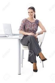 assistant de bureau portrait d assistant de bureau heureuse assis à bureau en riant