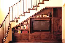 soggiorno sottoscala parete attrezzata in legno massello finitura noce su sottoscala