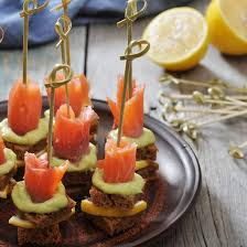 canapés saumon fumé recette roulades de saumon fumé à la mousse d avocat