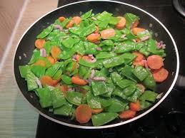 cuisiner des pois mange tout la poêlée de pois gourmands aux lardons une recette facile