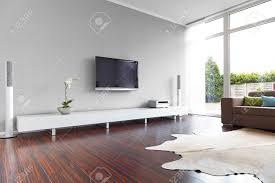 moderne wohnzimmer moderne wohnzimmer mit tv und hifi anlage lizenzfreie fotos