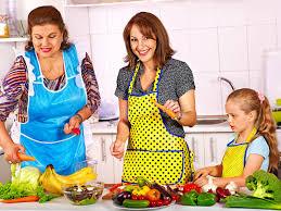 cuisine avec enfant famille avec la grand mère et l enfant à la cuisine photo stock