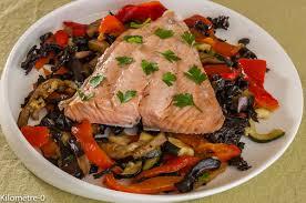cuisiner des trompettes de la mort saumon accompagné de légumes d été rotis au four avec des trompettes