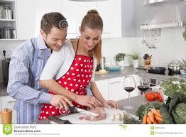 amour et cuisine les couples dans l amour faisant cuire ensemble dans la cuisine et