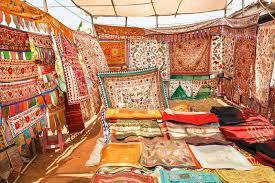 venditore di tappeti il venditore dei tappeti antichi mostra i copriletti ricamati