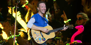 apple martin and chris martin coldplay u0027s chris martin thanks the glastonbury crowds for