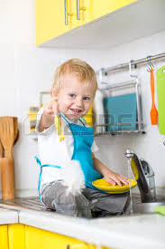cuisine enfant garcon child boy washing dishes in kitchen banque d images et photos