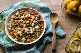 cuisiner les petit pois frais petits pois frais de nourriture turque avec carottes et pommes de