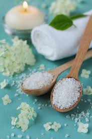 composition du sel de cuisine composition en station thermale avec du sel de mer dans la cuillère