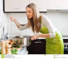 cuisine femme femme a la cuisine 28 images eau potable de femme de sport 224