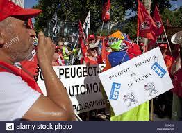 siege social psa psa démonstration devant les employés du siège social de la société