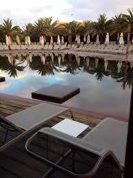 la chambre en direct vue depuis la chambre familiale avec accès direct a la piscine