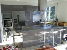 cuisine avec frigo americain cuisine en u laquée gris brillant cuisine design avec espace