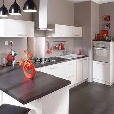deco cuisine gris et blanc cuisine blanche simple et chic les plus le plan de travail