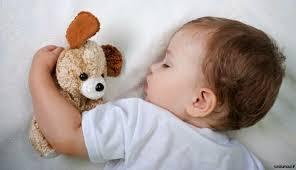 bébé dort dans sa chambre bébé qui dort avec doudou bébé et décoration chambre bébé