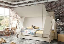 chambre d enfant but lit cabane enfant but avec craquez pour un lit cabane dans la