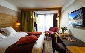 chambre king size lit king size dans la chambre supérieure de l hôtel l aigle des