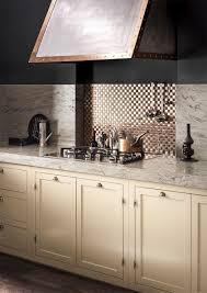 cuisine marron et blanc plan de travail en corian de cuisine blanc marron smoke