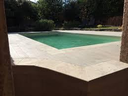 plage de piscine terrasse imitation parquet margelles de piscine en travertin sur