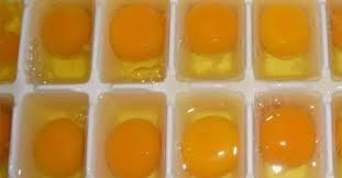 cuisine trucs et astuces verse des œufs dans un moule à glaçons et le met au