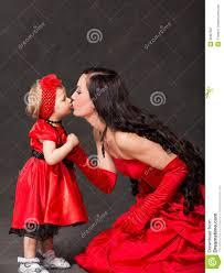 maman baise cuisine isolat étreignant et de baiser heureux de fille de maman et d enfant