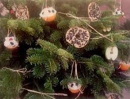 decorate a tree for wildlife