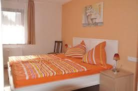 Schlafzimmer Orange Wohnung Cuvée Ferienwohnungen Oberslum Familie Vollert