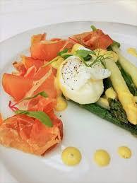 poche cuisine menu sezonowe szparagi jajko poche szynka parma seasonal menu