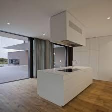 cuisine blanche parquet decoration cuisine blanche minimaliste îlot plancher rustique