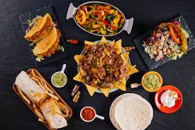 cuisine au milieu de la assiette de nachos au milieu de la cuisine mexicaine télécharger