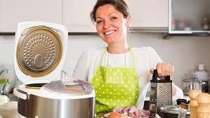 femme en cuisine 4 appareils intéressants mais pas obligatoire à avoir en cuisine