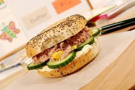repas bureau repas scolaire sandwich à bagel de thon sur le bureau de salle