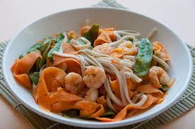 cuisiner pois gourmand wok de crevettes carottes pois gourmands et nouilles udon les