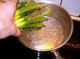 cuisiner asperges vertes fraiches eplucher et cuire des asperges vertes surgelées recette par chef simon