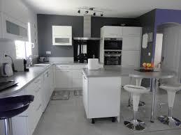 cuisine couleur gris couleur murs cuisine avec meubles blancs avec salon avec carrelage