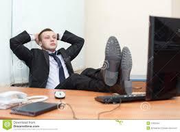 le de bureau sur pied mâle esting avec des pieds sur le bureau photo stock image du