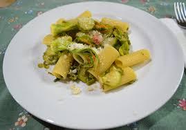 primo piatto con fiori di zucca pasta zucchine asparagi pancetta croccante e fiori di zucca