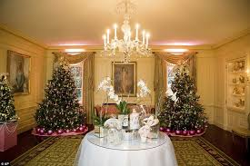 White Christmas Decorations For A Tree by The White House Debuts Its Christmas Decorations For Obama U0027s Last