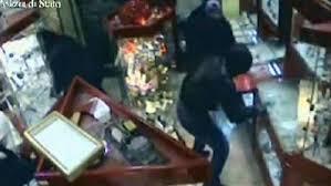 rapina in rapina in gioielleria banditi mascherati da un morto