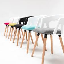 chaise blanc et bois hôtel chaise blanc noir vert siège jambe de bois noir dossier