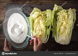 cuisiner un chou chinois sel les deux moitiés du chou chinois à cuisiner kimchi sur ardoise