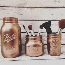 etagere pour vernis maquillage des pots et autres contenants pour ranger son makeup
