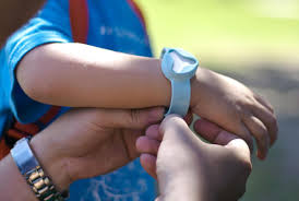 children s gps tracking bracelet beluvv guardian is a lojack like system for tracking small kids