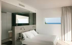 salle de bains dans chambre chambre avec salle de bain fusion d espaces harmonieuse