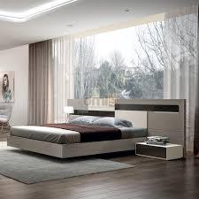 chambre d h es dr e meuble évier en bois foncé rideau à motif floral blanc rideau gris