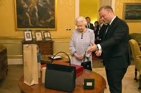 queen handbag looks like the prime minister gave queen elizabeth yet another