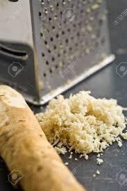 raifort cuisine râpé racine de raifort sur la table de la cuisine banque d images et