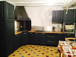 repeindre une cuisine ancienne cuisine en chene repeinte en noir style bistrot housing ideas