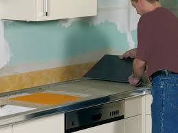 pose d un plan de travail cuisine cuisine rénover un plan de travail et sa crédence sur support bois